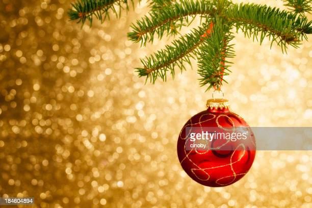 Christbaumkugel hängen auf Baum