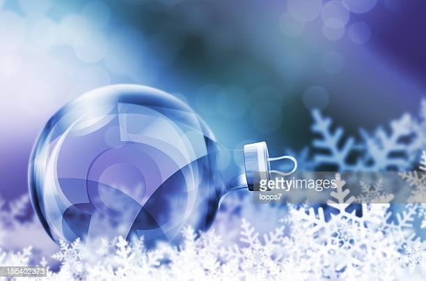 Boule de Noël sur la neige