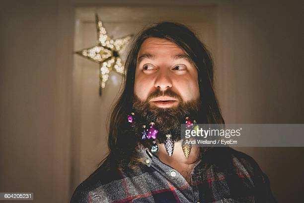 christmas ornaments hanging on beard at home - barba peluria del viso foto e immagini stock