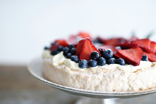 Christmas pavlova wreath with fresh berries on a glass cake stand - gettyimageskorea