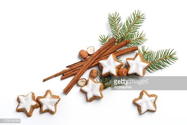 christmas pine with frosted sugar cookies and cinnamon - twijg stockfoto's en -beelden