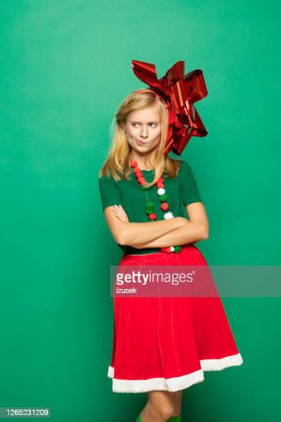 weihnachtsporträt von enttäuschten teenager-mädchen - izusek stock-fotos und bilder