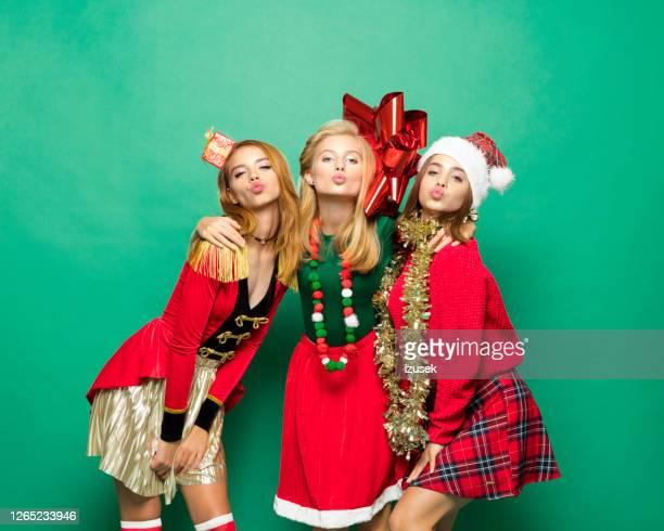 het portret van kerstmis van drie koele tienermeisjes - izusek stockfoto's en -beelden