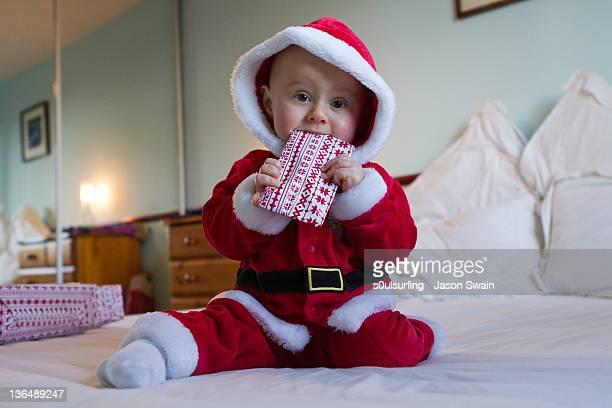 christmas present in baby mouth - s0ulsurfing imagens e fotografias de stock