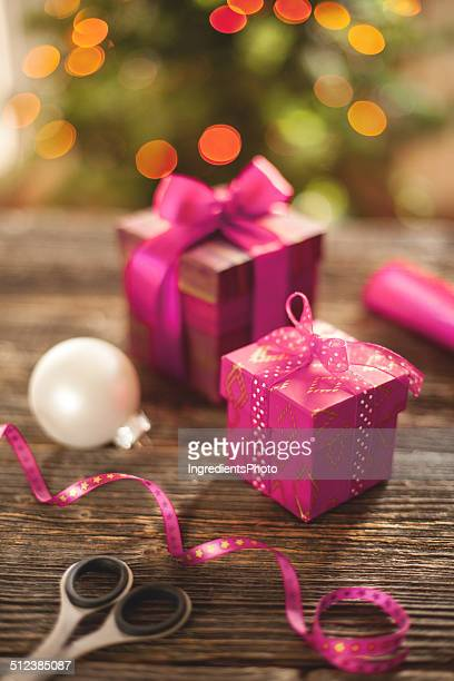 クリスマスは、ホワイトのボール、木製テーブルを配しております。
