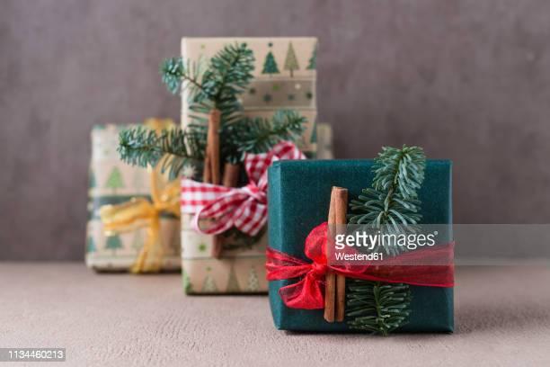 christmas presents - gift lounge stock-fotos und bilder