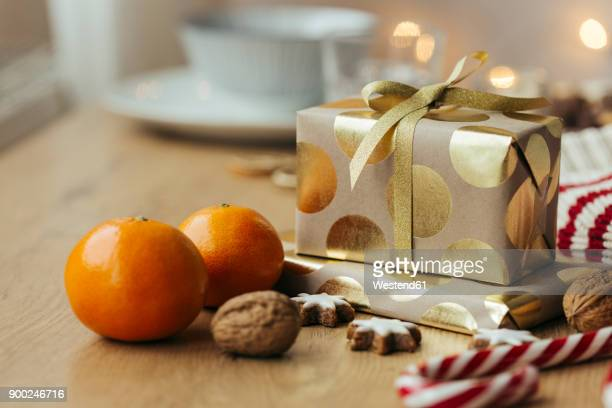 christmas presents, tangerines, walnuts, candy canes and cinnamon stars - ギフトラウンジ ストックフォトと画像