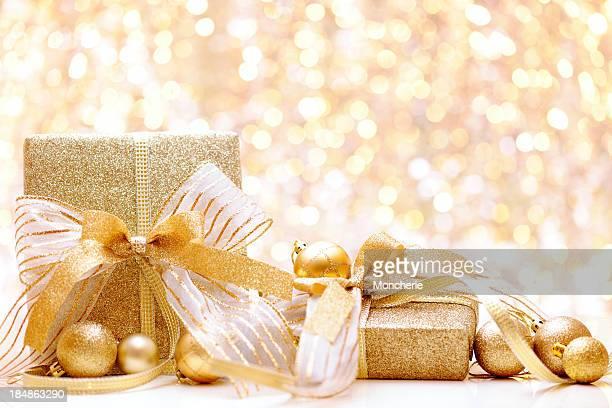 Cadeaux de Noël avec des lumières en arrière-plan