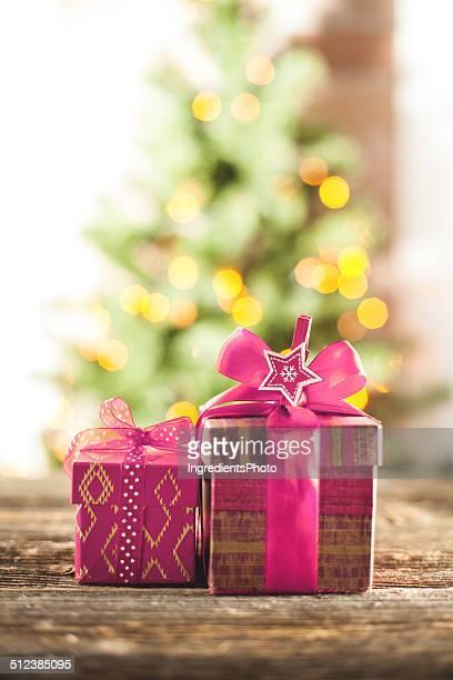 クリスマスは、パープルのリボンには木製のテーブル