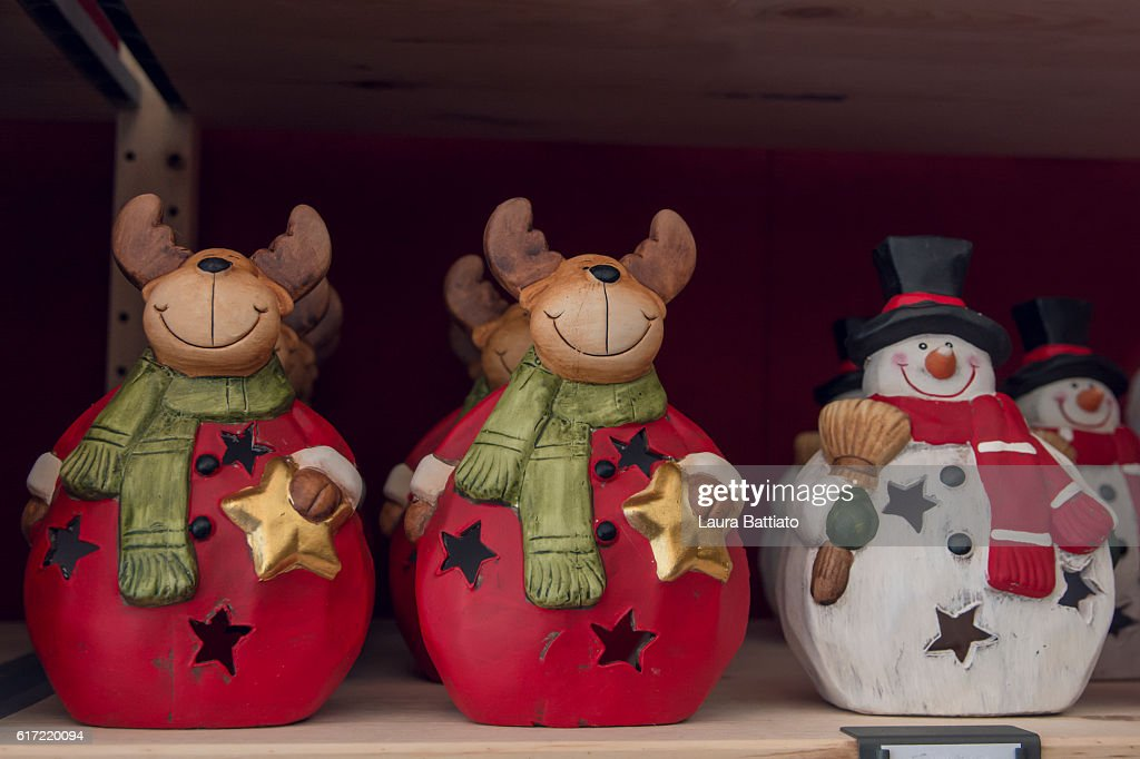 Christmas reindeers and snowman for sale in a Christmas market : Stock Photo