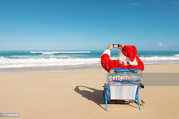 christmas santa claus vacationing in tropical paradise beach hz - hawaii christmas stock pictures, royalty-free photos & images