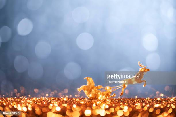 christmas santa sleigh and reindeer - backgrounds defocused - renna foto e immagini stock