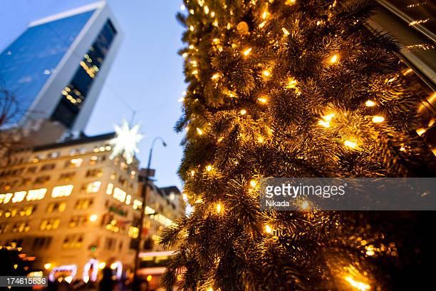 weihnachten einkaufsmöglichkeiten der 5th avenue - new york weihnachten stock-fotos und bilder