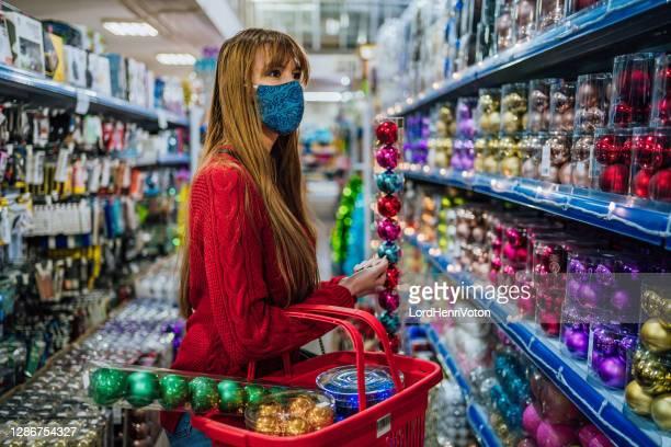 compras navideñas durante la pandemia de covid-19 - henri coste fotografías e imágenes de stock