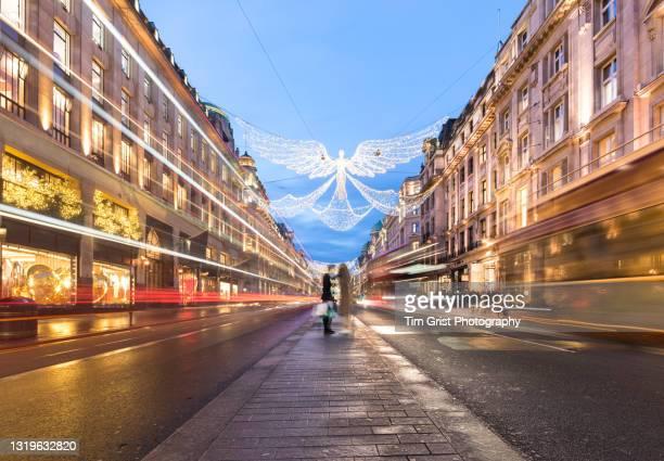 christmas shopping on regent street at dusk, london, uk. - ウェストエンド ストックフォトと画像