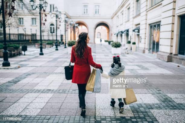 weihnachtseinkäufe - kindertag stock-fotos und bilder