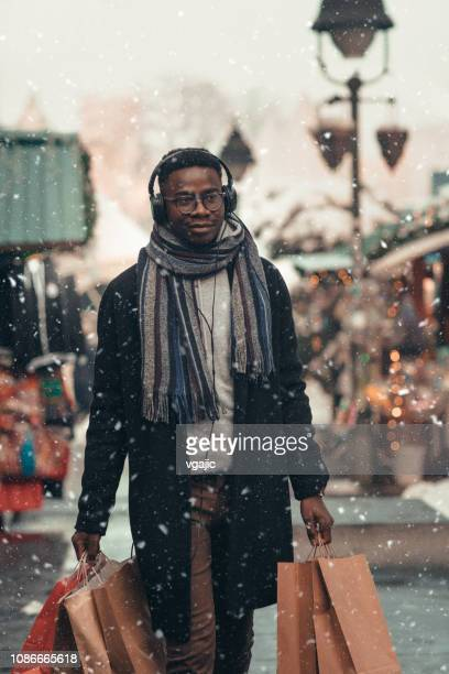 christmas shopping - single african man shopping - dezembro imagens e fotografias de stock