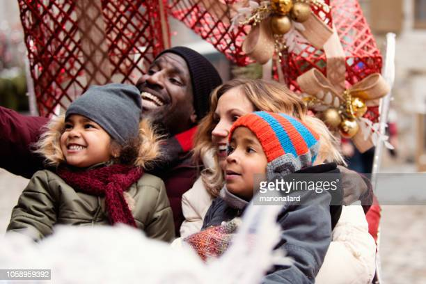 クリスマスの多民族の家族と一緒に買い物