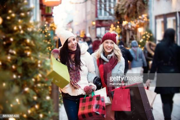 Weihnachts-Shopping mit zwei jungen Frauen