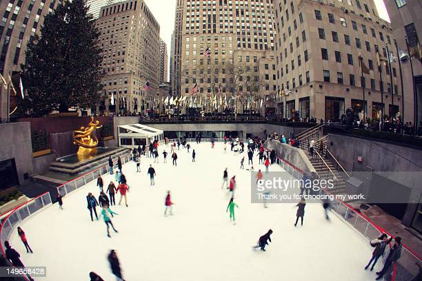 christmas skating - rockefeller center stock pictures, royalty-free photos & images
