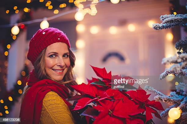 nello spirito natalizio. - stella di natale foto e immagini stock