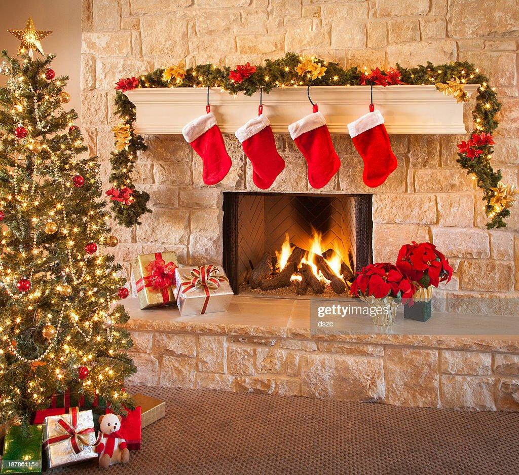 クリスマスストッキング、暖炉の炎で、クリスマスツリーや装飾 : ストックフォト