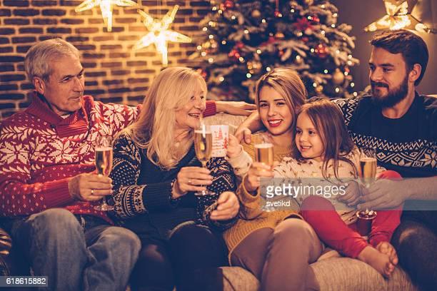 Weihnachten umgeben von Familien.