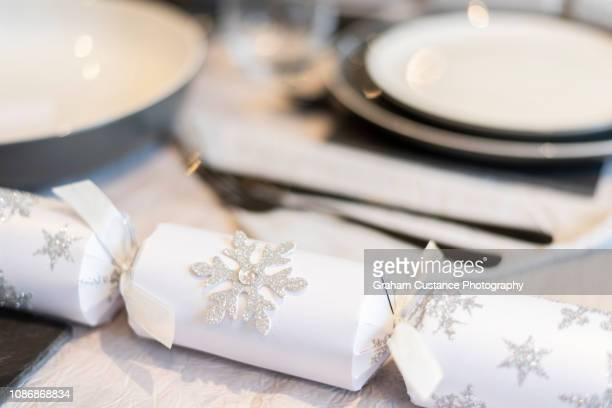 christmas table setting - クリスマスクラッカー ストックフォトと画像