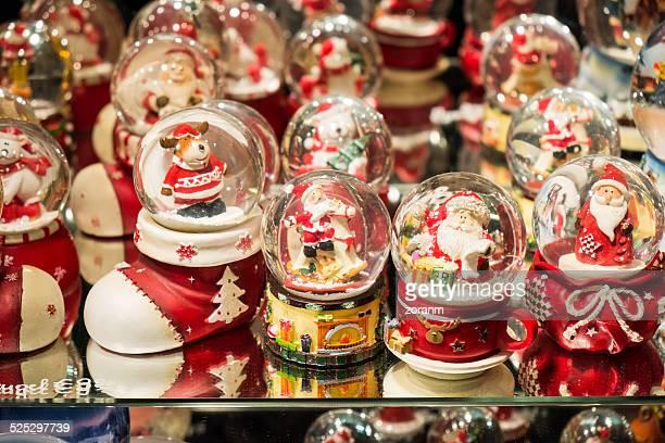 Con globos de Navidad en la nieve display en Vienna mercado navideño