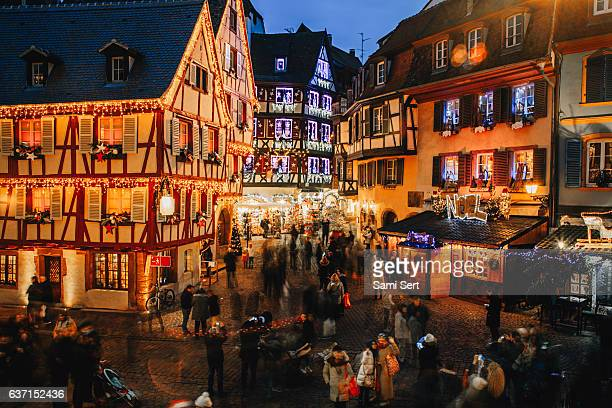 christmas time in colmar, alsace, france - villaggio foto e immagini stock