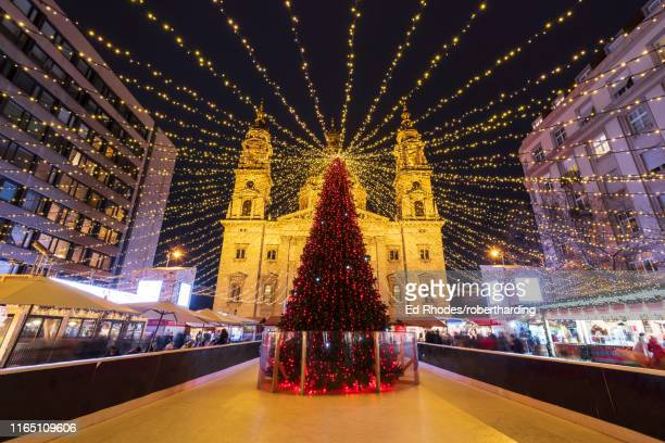christmas tree at night in front of st. stephen's basilica in budapest, hungary, europe - traditionally hungarian stockfoto's en -beelden