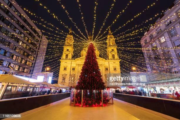 christmas tree at night in front of st. stephen's basilica in budapest, hungary, europe - cultura húngara - fotografias e filmes do acervo