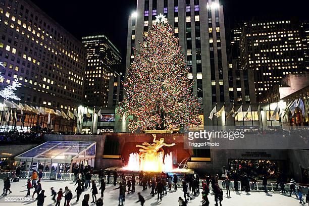 weihnachtsbaum im rockefeller center in new york city - new york weihnachten stock-fotos und bilder