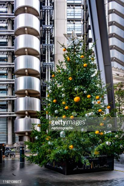 リードンホールビルの基部にある2019クリスマスツリー - レドンホールマーケット ストックフォトと画像