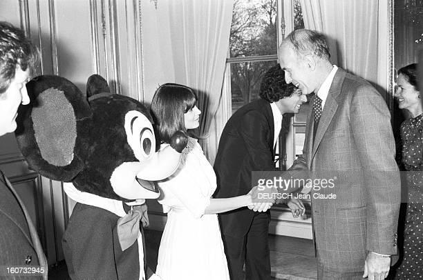 Christmas Tree At The Elysee. Paris, décembre 1978. Le président Valéry GISCARD D'ESTAING échange une poignée de main avec la chanteuse Chantal GOYA...