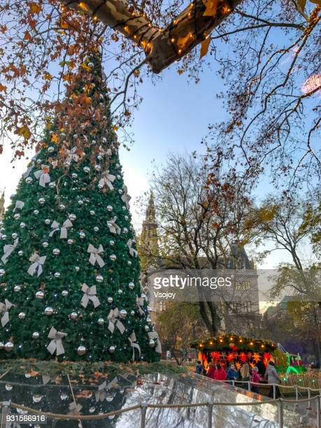 christmas tree at the wiener christkindlmarke, rathauspark, vienna, austria - vsojoy stockfoto's en -beelden