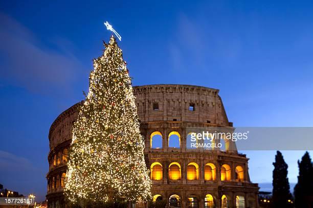 albero di natale del colosseo a roma, italia - natale di roma foto e immagini stock