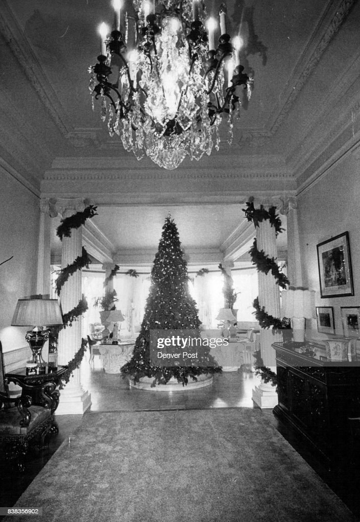 Christmas Tree Decorates Governor S Mansion Chicken Wiring Over A