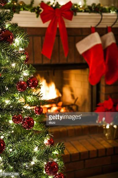 Árbol de Navidad, decoratons y chimenea