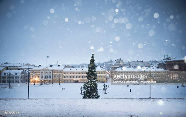 a christmas tree in helsinki during snow storm - helsinki stockfoto's en -beelden