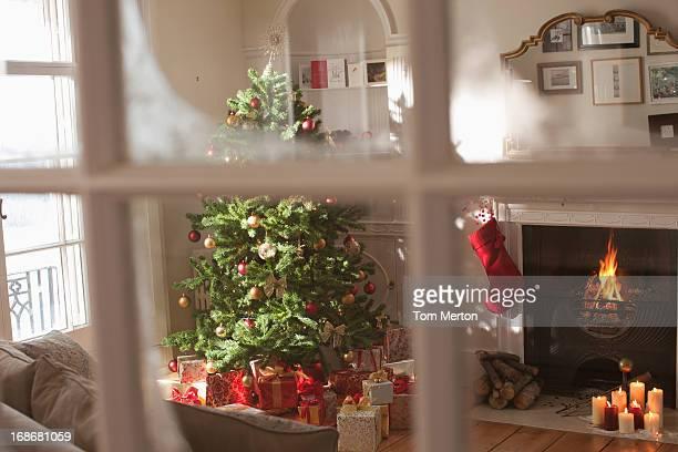リビングルームのクリスマスツリーウィンドウの後ろ