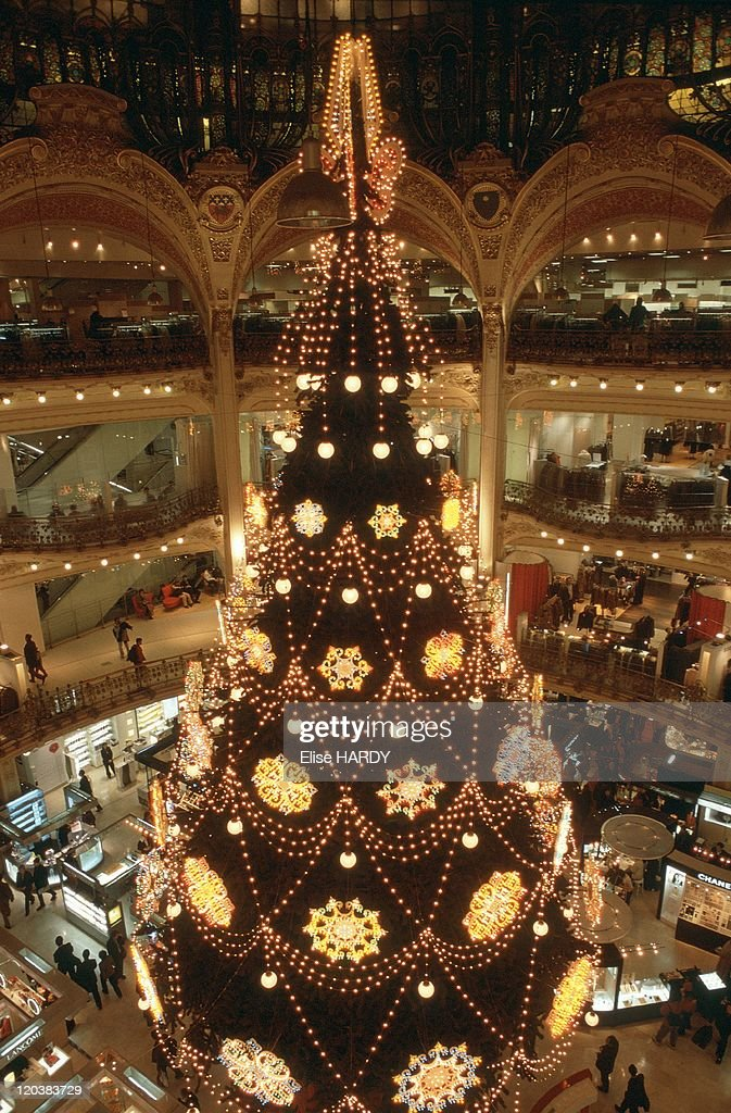 Christmas Paris France.Christmas Tree In Paris France Christmas At The Galeries