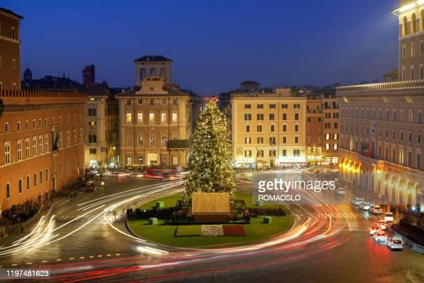christmas tree in piazza venezia at dusk, rome italy - natale di roma foto e immagini stock