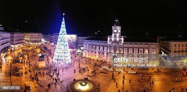 christmas tree in puerta del sol (madrid's most popular square) at night - puerta del sol fotografías e imágenes de stock