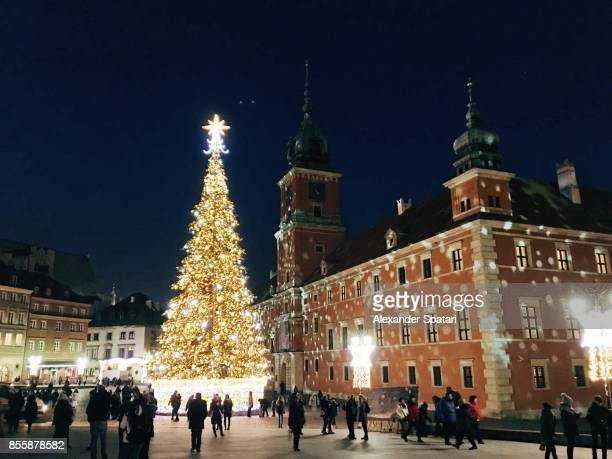 christmas tree on castle square in warsaw, poland - christmas scenes stock pictures, royalty-free photos & images