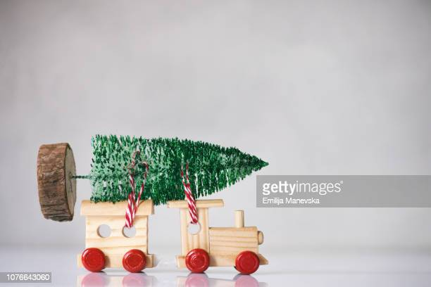 christmas tree on the top of a wooden toy train - 模型の汽車 ストックフォトと画像