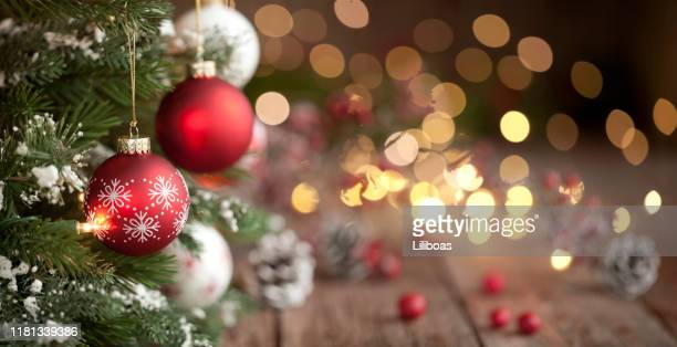 christmas tree, ornaments and defocused lights background - feriado imagens e fotografias de stock