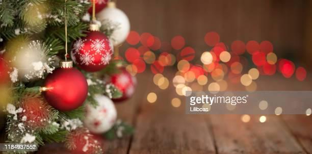 weihnachtsbaum, ornamente und defokussierte lichter hintergrund - spruchband stock-fotos und bilder