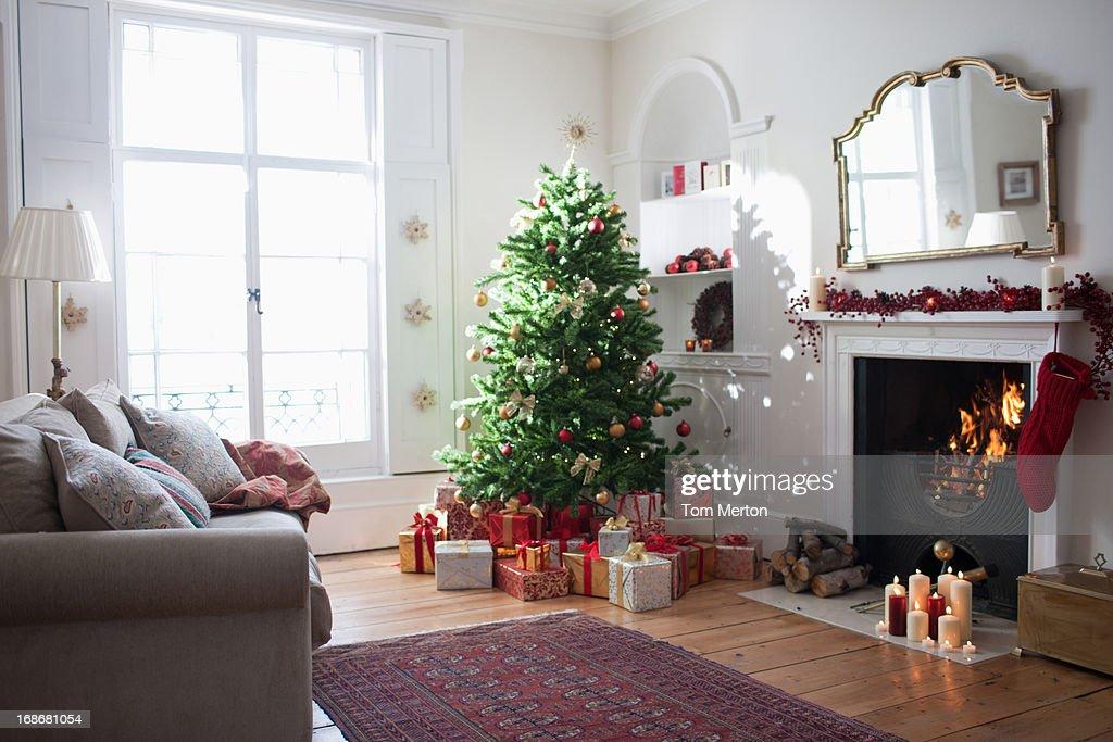 Weihnachtsbaum mit Geschenken umgeben : Stock-Foto