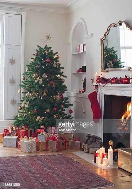 Sapin de Noël avec des cadeaux dans